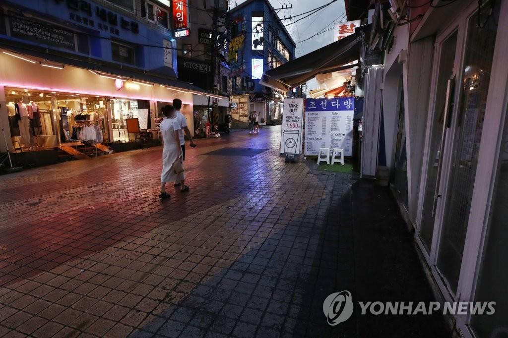 资料图片:7月16日,首尔弘大街头一片冷清。 韩联社