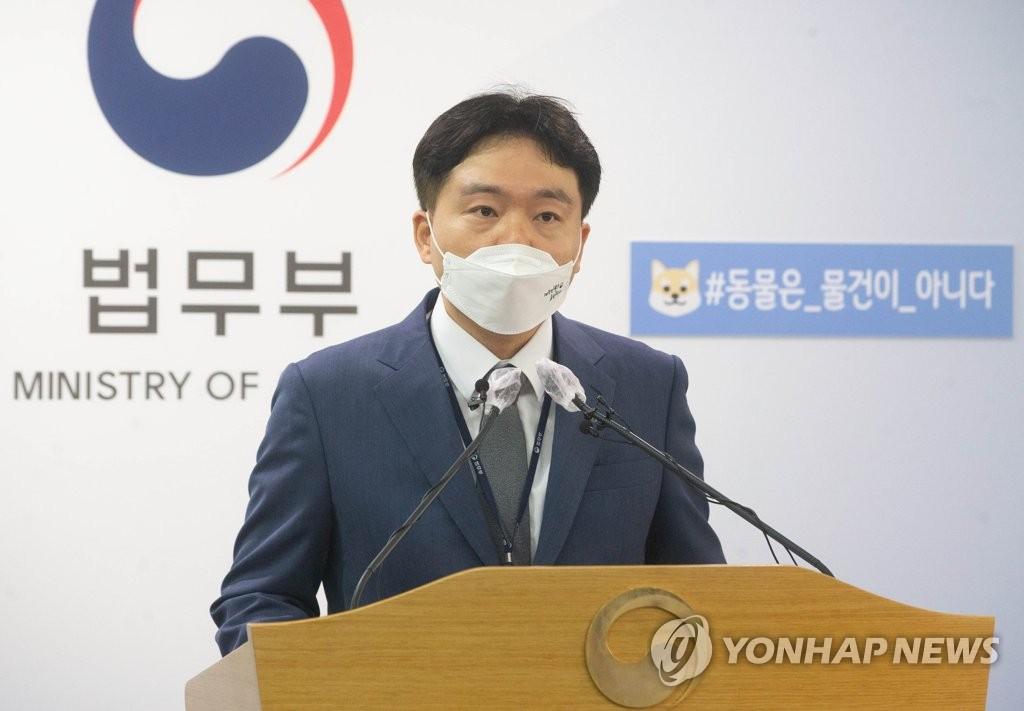 7月19日,在中央政府果川办公楼,法务审议官郑载玟召开记者会。 韩联社