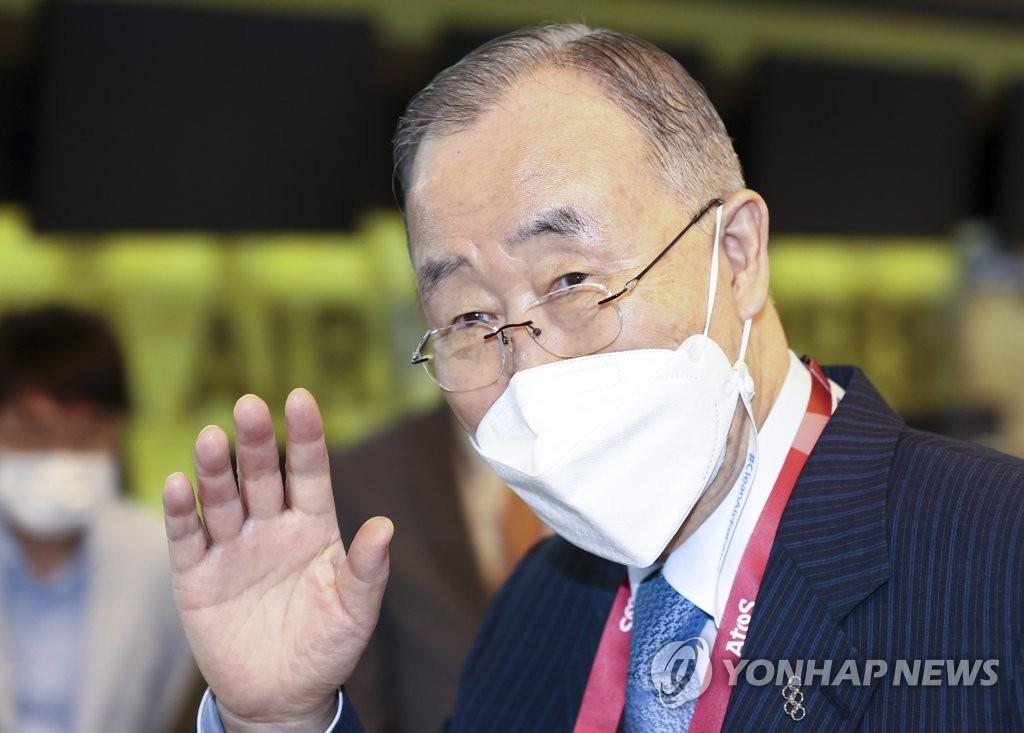 消息:潘基文东京奥运开幕式后与日王交谈