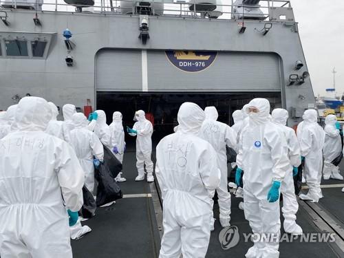 韩亚丁湾护航舰全体舰员乘机踏上回国之旅