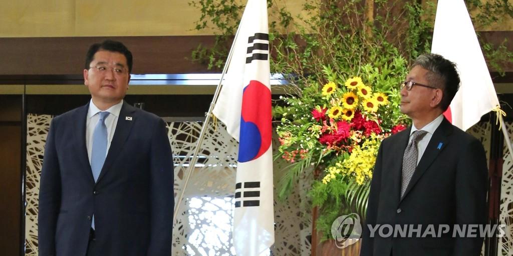 7月20日,在日本东京饭仓公馆,韩国外交部第一次官(副部长)崔钟建(左)和日本外务审议官森健良举行会谈前合影。 韩联社