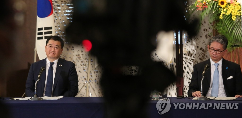 7月21日,在日本东京的外务省饭仓公馆,韩国外交部第一次官崔钟建(左)和日本外务审议官森健良在韩美日副外长会议结束后共同会见记者。 韩联社