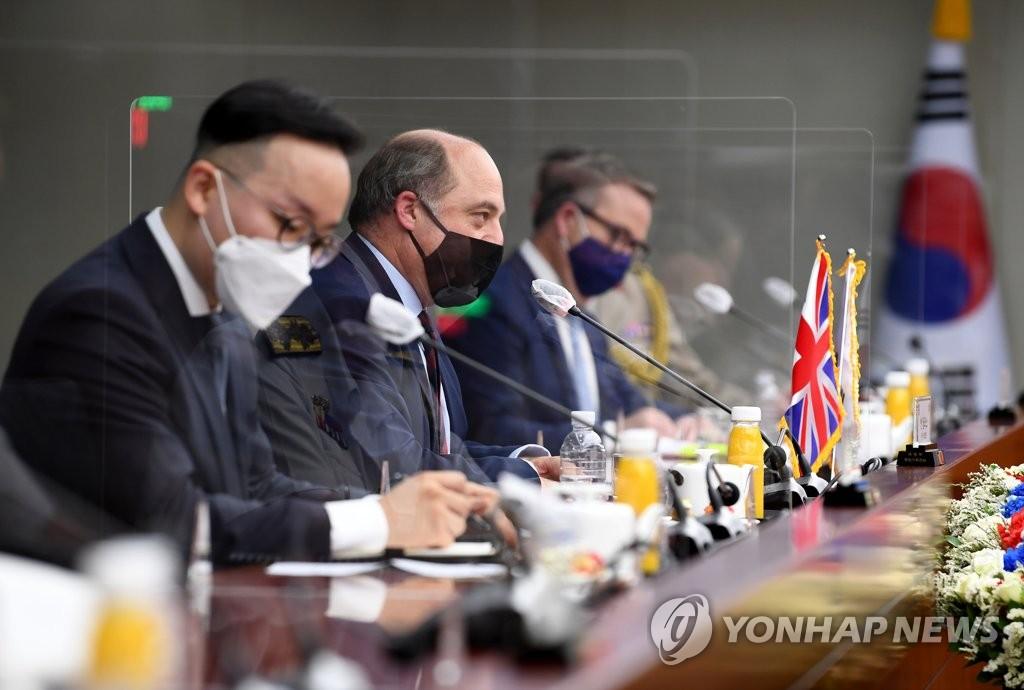 7月21日,在位于首尔龙山的韩国国防部大楼,防长徐旭和英国国防大臣本·华莱士(左二)举行会谈。 韩联社/《国防日报》供图(图片严禁转载复制)