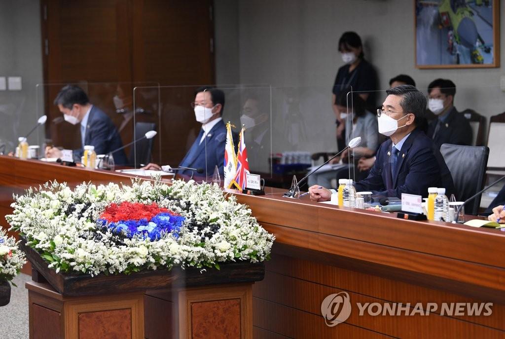 7月21日,在位于首尔龙山的韩国国防部大楼,防长徐旭(右一)和英国国防大臣本·华莱士举行会谈。 韩联社/《国防日报》供图(图片严禁转载复制)