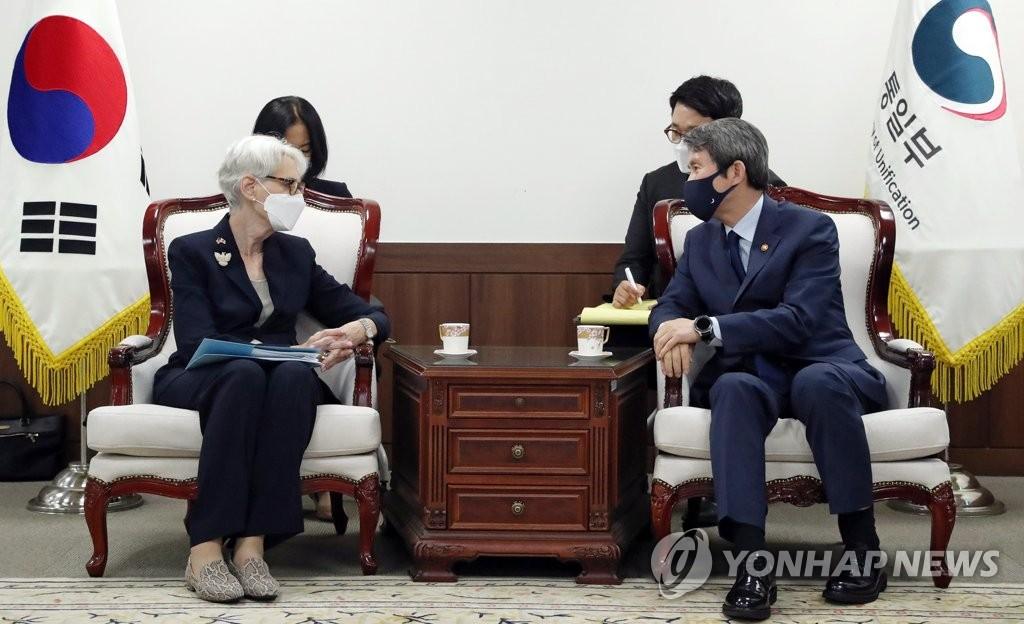 7月22日,在统一部,统一部长官李仁荣(右)接见到访的美国国务院常务副国务卿温迪·谢尔曼。 韩联社/统一部供图(图片严禁转载复制)
