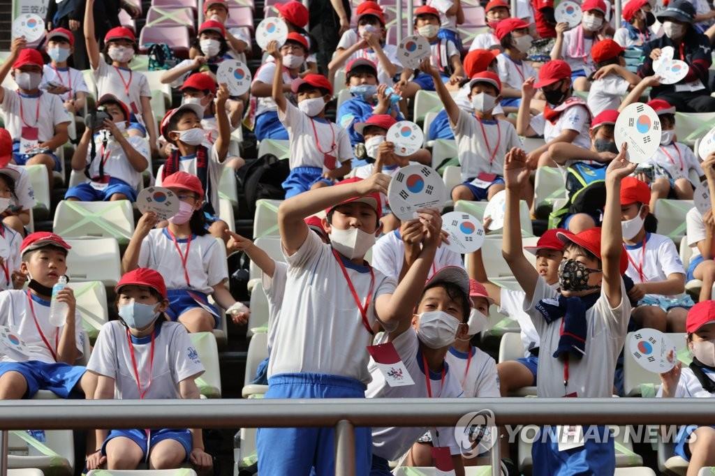 日本小学生为韩国队加油
