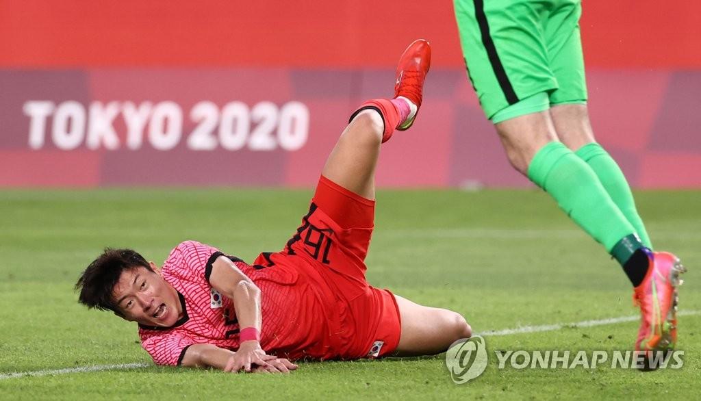 7月22日,在日本茨城县立鹿岛足球场,韩国队在东奥男足小组赛B组首轮对阵新西兰的比赛中以0-1惜败。图为黄义助尝试攻门后跌倒。 韩联社