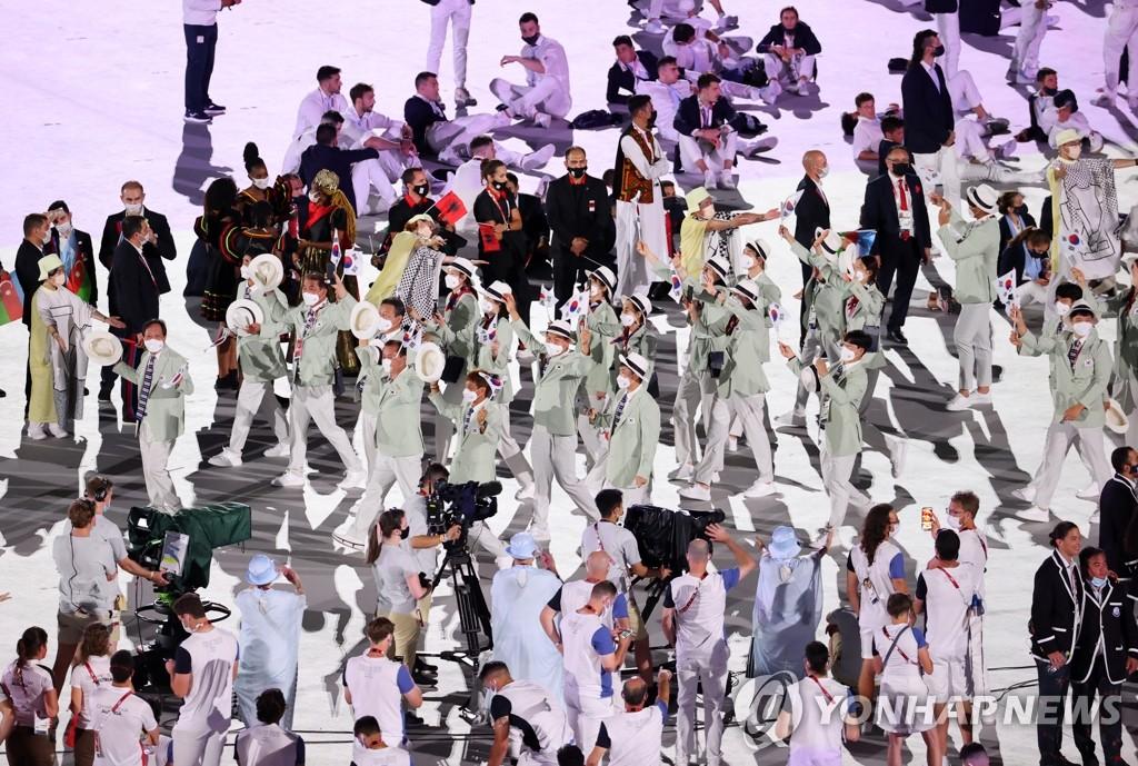 7月23日,2020年东京奥运会在日本新国家体育场隆重开幕。图为韩国代表团第103位出场。 韩联社