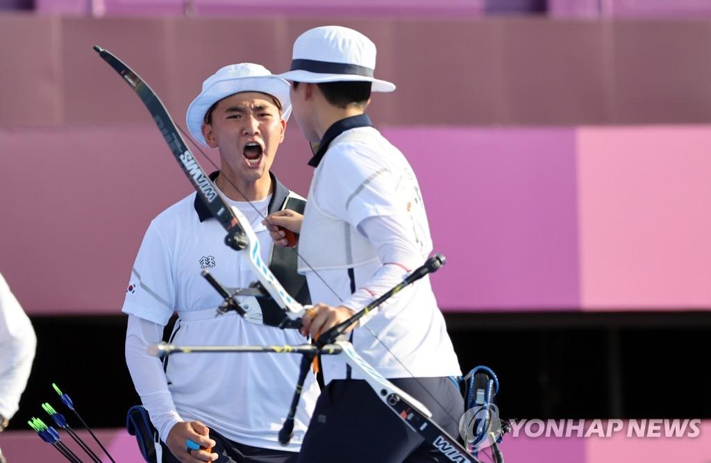 7月24日,在东京梦之岛公园射箭场,韩国射箭运动员金济德(左)和安山在东京奥运射箭混合团体赛决赛上咆哮。 韩联社