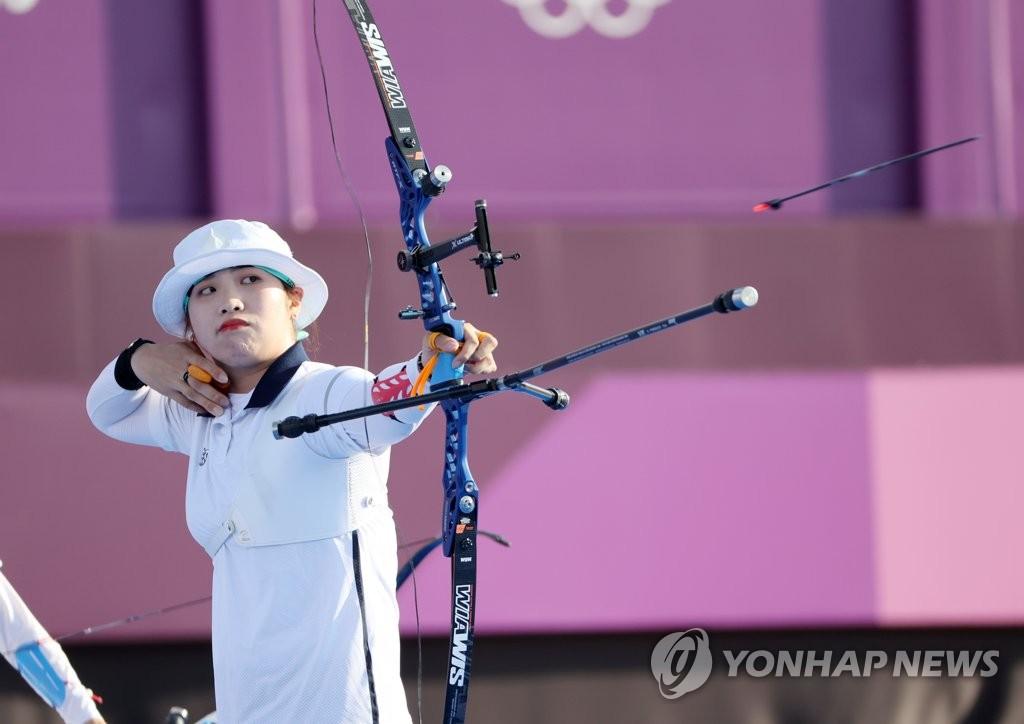 7月25日下午,在东京梦之岛公园,韩国女子射箭队队员张珉喜在团体决赛上射出一箭。 韩联社