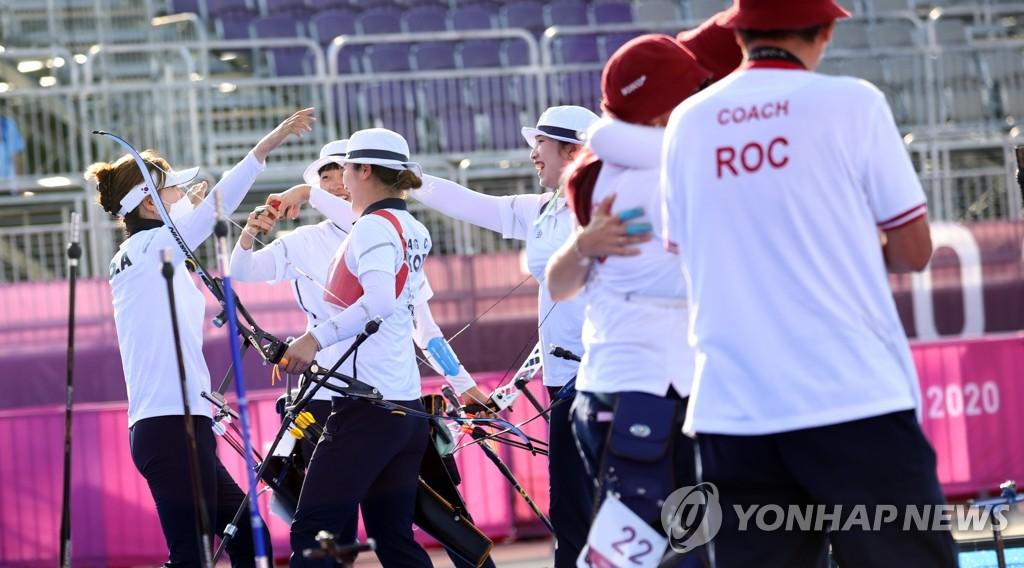 7月25日下午,在东京梦之岛公园,韩国女子射箭队获得团体赛金牌后欢呼庆祝。 韩联社