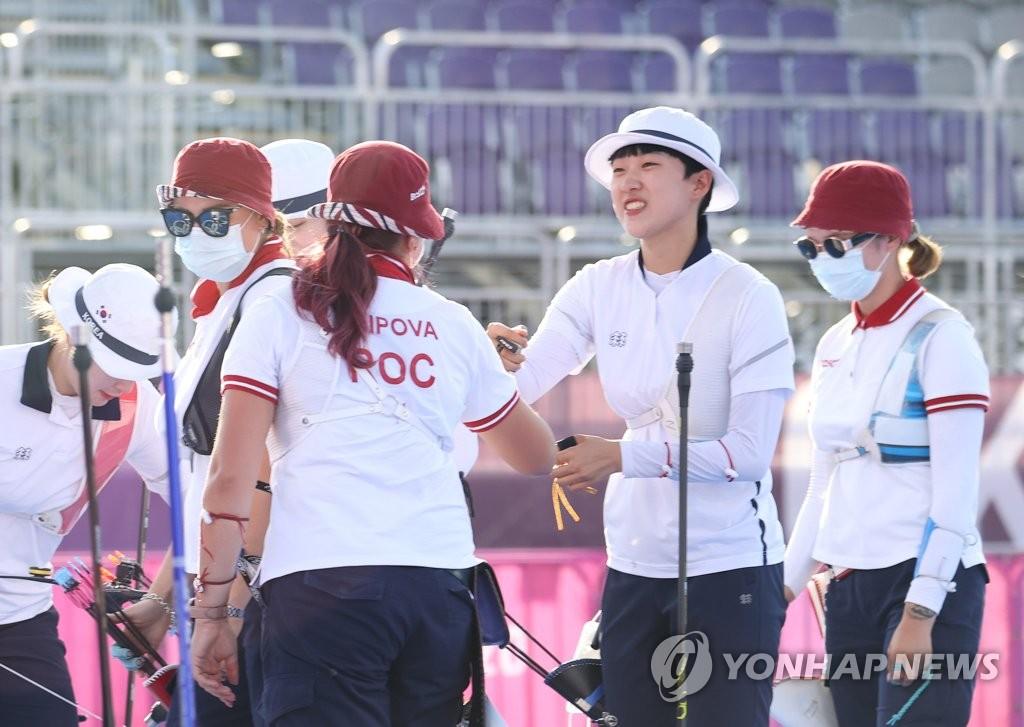7月30日,在梦之岛公园进行的东京奥运会射箭女子个人决赛中,韩国射箭队小将安山(右二)与俄罗斯奥运队奥锡波娃·叶连娜击拳示意。 韩联社