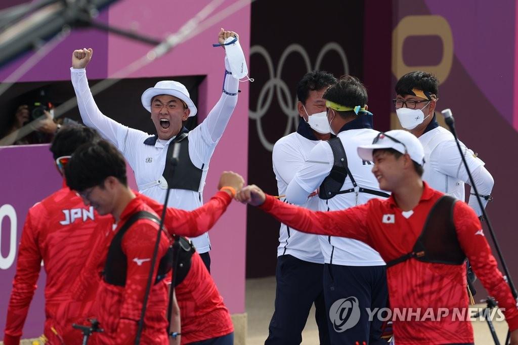 7月26日,在日本东京的梦之岛公园,韩国队(白衣)庆祝半决赛战胜日本。 韩联社