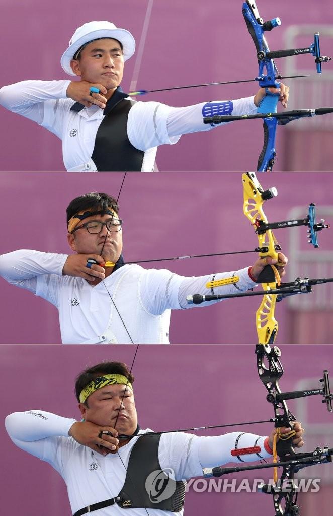 7月26日,在日本东京梦之岛公园举行的东京奥运会射箭男子团体决赛上,韩国队金济德(从上到下)、金优镇、吴真爀组合拉开弓箭,瞄准箭靶。 韩联社