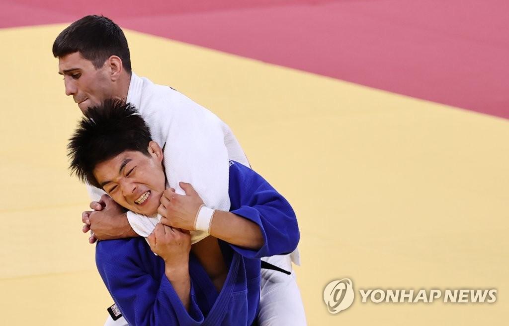 7月26日,在日本武道馆进行的东京奥运会男子柔道73公斤级铜牌争夺战中,韩国选手安昌林(蓝衣)击败阿塞拜疆选手鲁斯塔姆·奥鲁杰夫,夺得铜牌。 韩联社