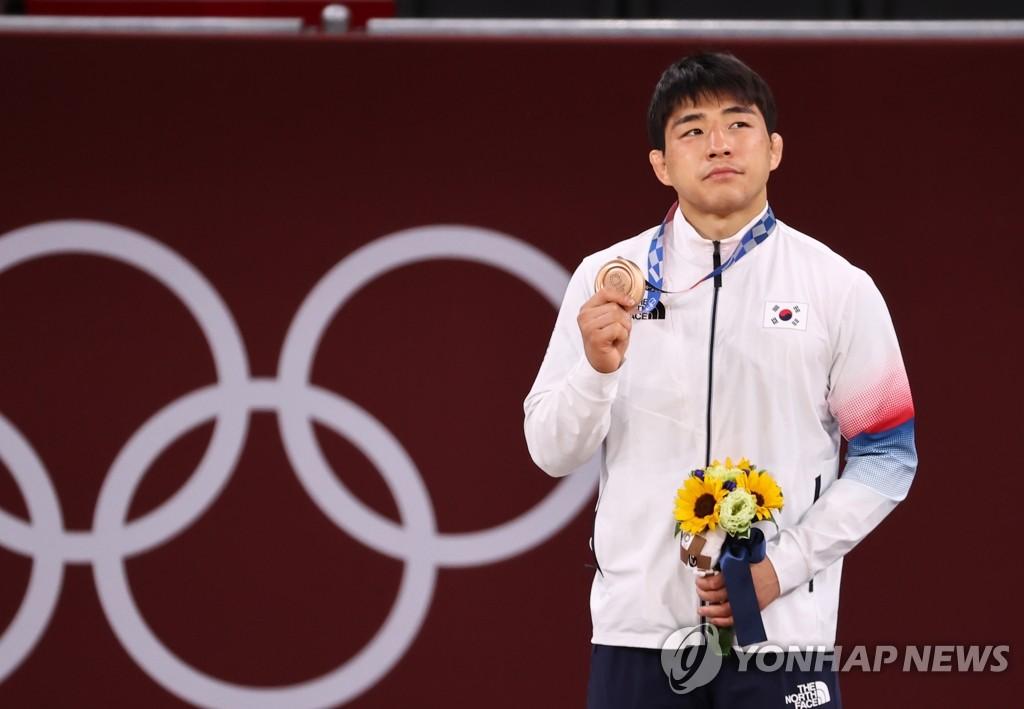 7月26日,在日本武道馆进行的东京奥运会男子柔道73公斤级铜牌争夺战中,韩国选手安昌林击败阿塞拜疆选手鲁斯塔姆·奥鲁杰夫,夺得铜牌。 韩联社