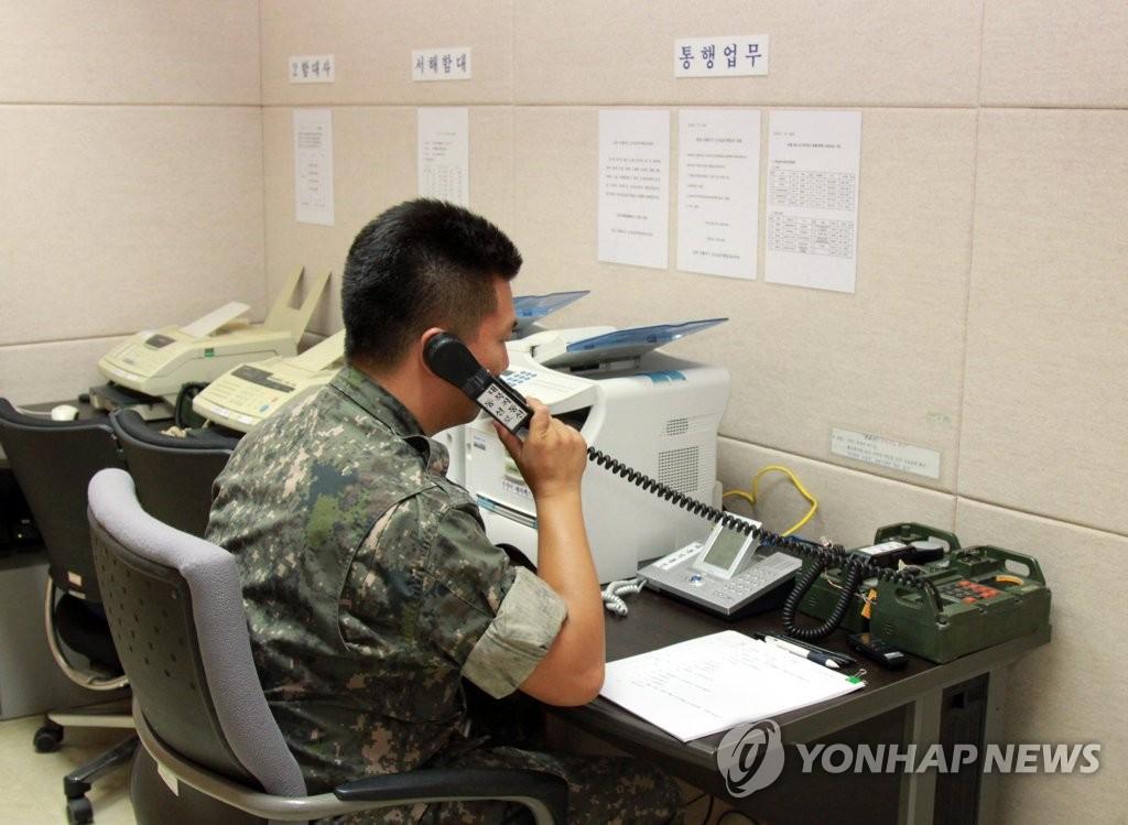 资料图片:2013年9月6日,一名韩军官兵正通过西海军事热线同朝方进行试通话。 韩联社(图片严禁转载复制)