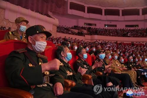 朝鲜老兵观看文艺演出