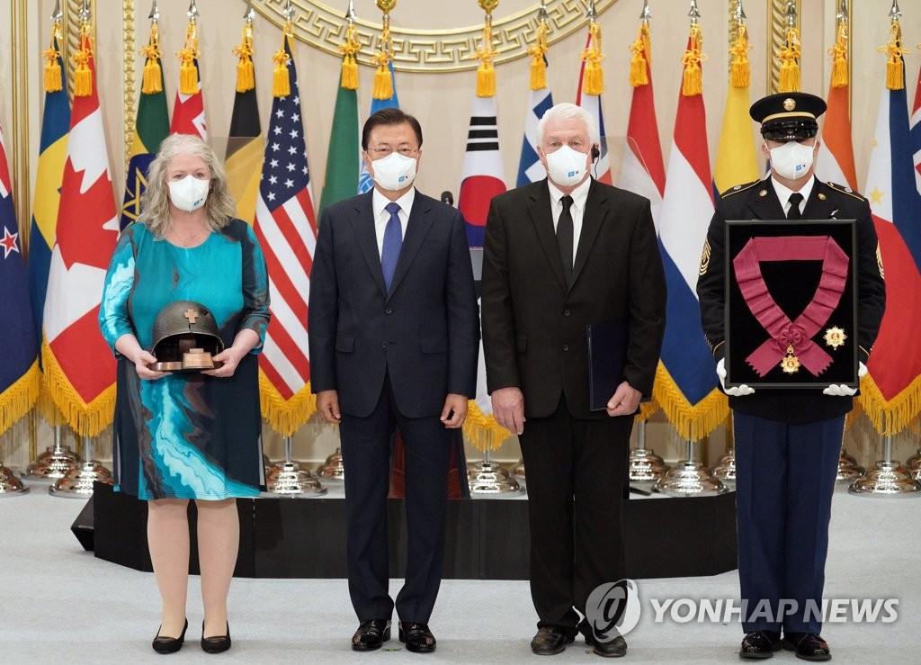 文在寅为韩战联合国军参战勇士授勋