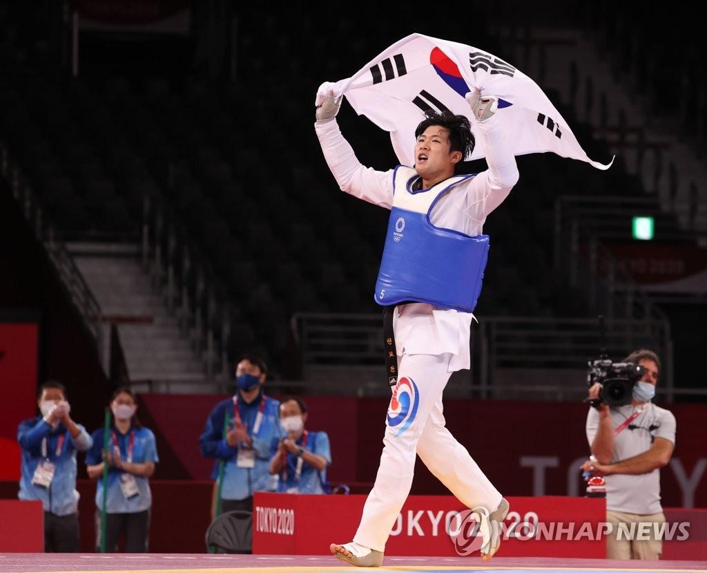 7月27日晚,在日本幕张展览馆A厅举行的东京奥运会跆拳道男子80公斤以上级铜牌战中,韩国选手印教敦以5比4击败斯洛文尼亚的伊万·特拉伊科维奇,拿下铜牌。 韩联社