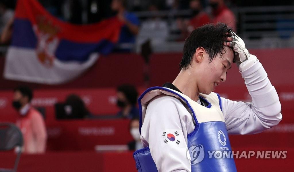 7月27日,东京奥运会女子跆拳道67公斤以上级决赛在幕张国际会展中心A展厅进行。韩国选手李多嫔对阵塞尔维亚老将米莉察·曼迪奇,最终以7比10遗憾败北获得银牌。 韩联社