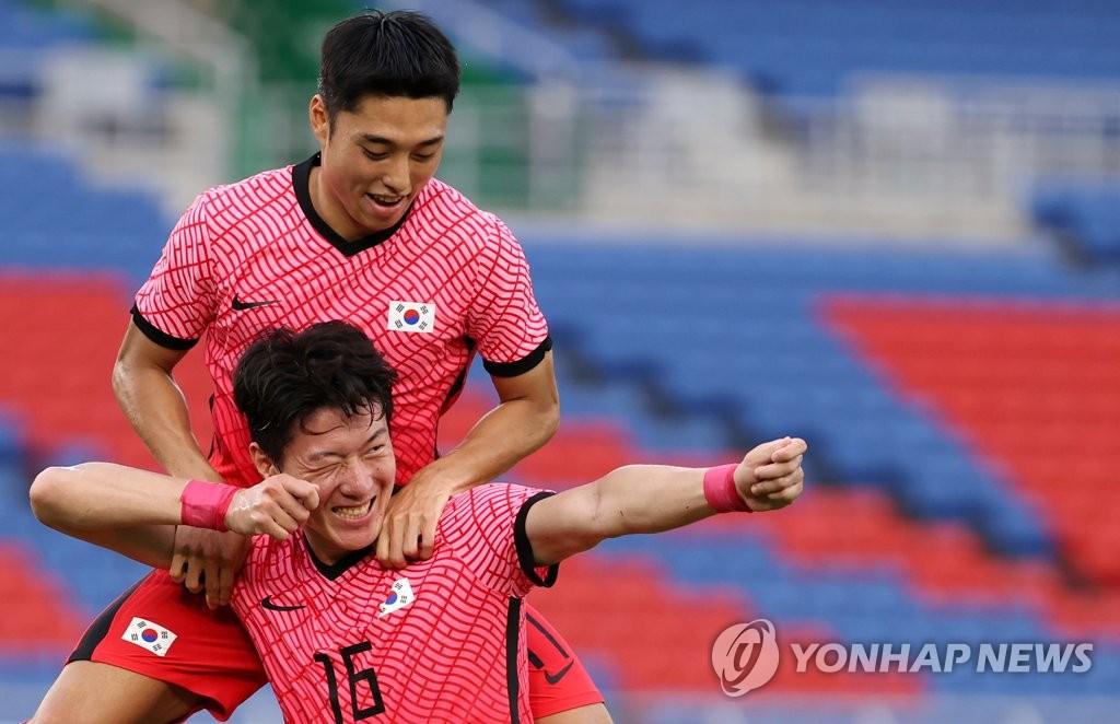 7月28日,东京奥运会男子足球小组赛B组第三轮比赛在横滨国际综合竞技场进行,韩国队迎战洪都拉斯队。黄义助为韩国队打入第二粒进球后,摆出射箭姿势庆祝进球。韩国队以3比0结束上半场。 韩联社
