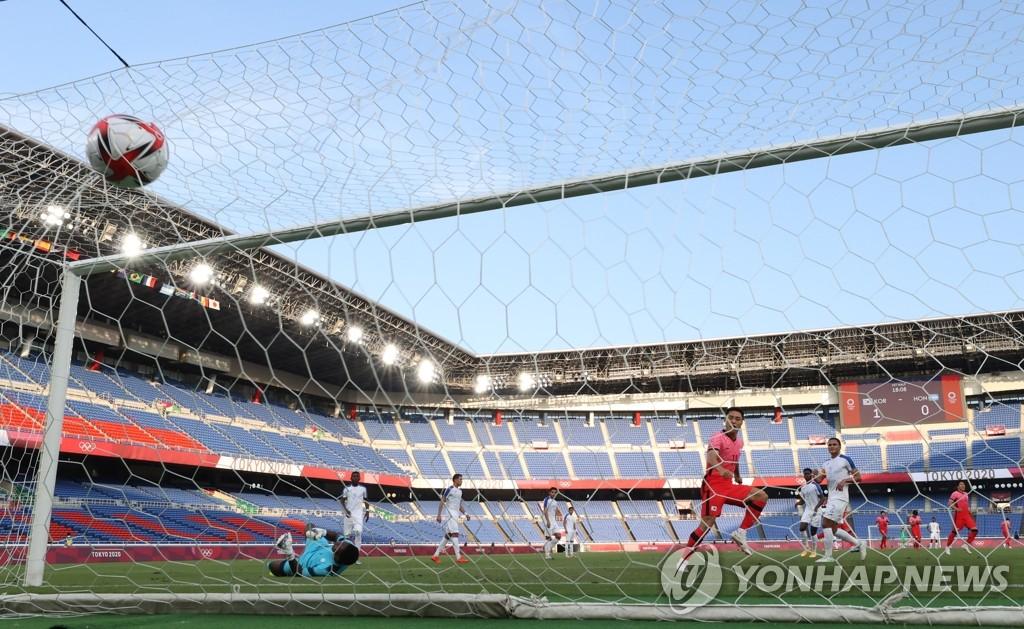 7月28日,在日本横滨国际综合竞技场,韩国队元斗载进球。 韩联社