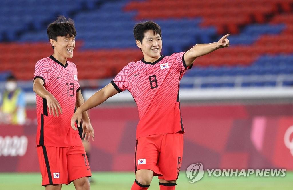7月28日,在日本横滨国际综合竞技场,韩国队李康仁(右)欢呼进球。 韩联社