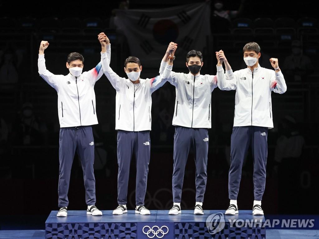 7月28日,东京奥运男子团体佩剑决赛在日本千叶幕张展览馆举行。由吴尚旭、具本佶、金政焕和替补的金准镐组成的韩国击剑队以45比26的比分战胜意大利夺冠。 韩联社