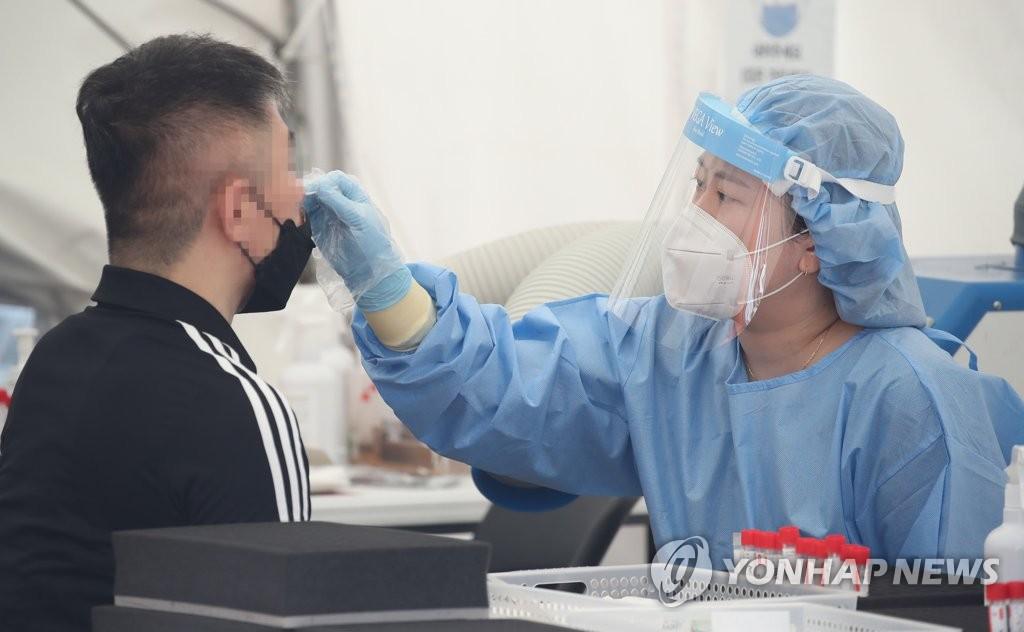 资料图片:医务人员采样。 韩联社