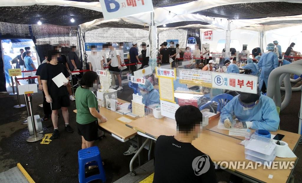 7月29日,在光州市的一处筛查诊所,大量市民前来排队等待接受核酸检测。 韩联社