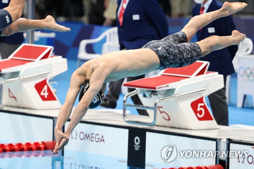 7月29日,在日本东京水上运动中心,韩国泳坛新星黄宣优在东京奥运男子100米自由泳决赛上起跳入水。 韩联社