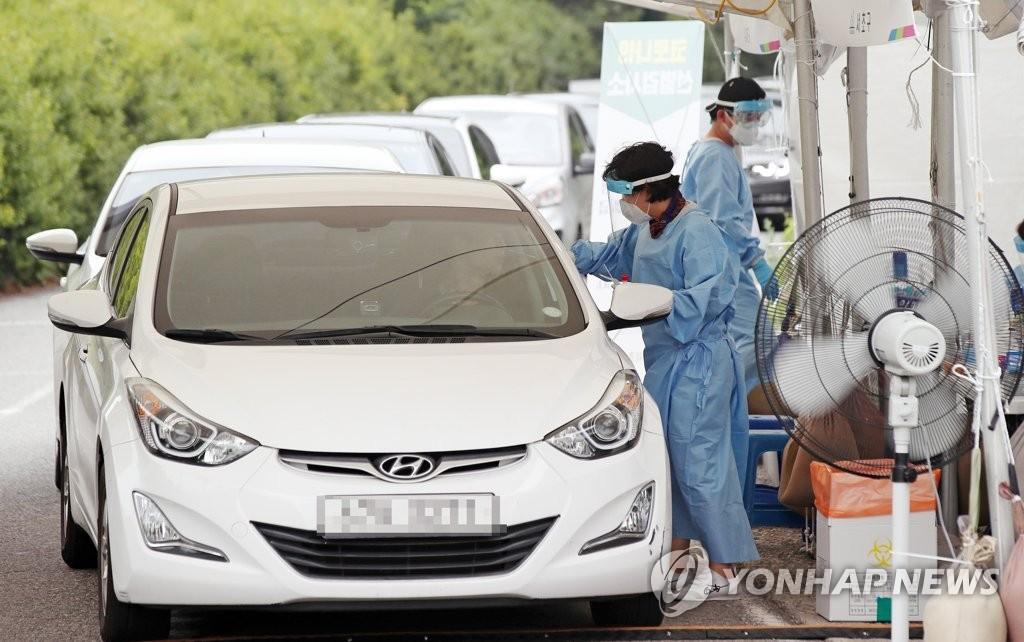资料图片:免下车检测 韩联社