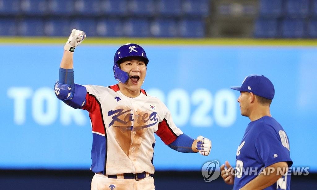 7月29日,在东京奥运会棒球分组循环赛B组第一轮韩国队对阵以色列的比赛中,韩国队以6比5险胜以色列取得开门红。图为吴智焕欢呼。 韩联社