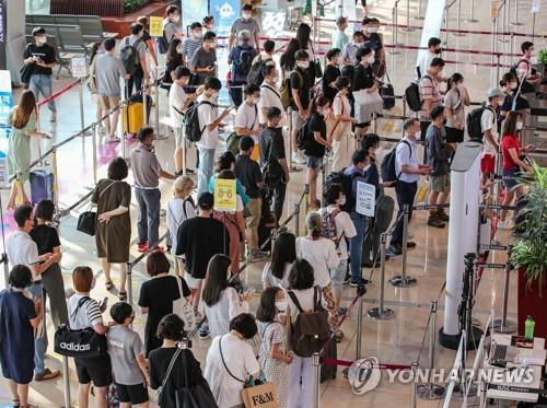 机场国内线人潮拥挤