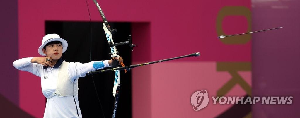 7月30日,在日本东京梦之岛公园,韩国射箭运动员安山开弓射箭。 韩联社