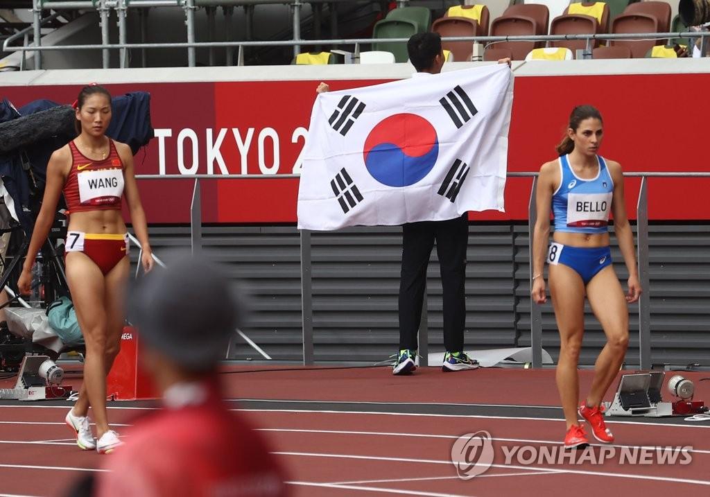 禹相赫身披太极旗庆祝进军决赛。 韩联社