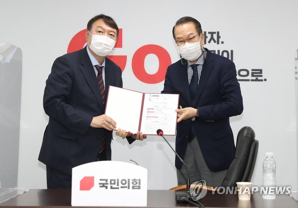 7月30日下午,在首尔市汝矣岛的国民力量中央党部,尹锡悦向权宁世递交入党申请书。 韩联社