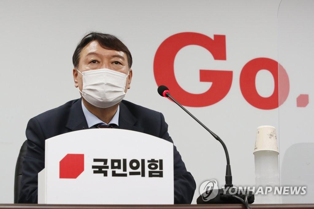 7月30日下午,在首尔市汝矣岛的国民力量中央党部,尹锡悦提交入党申请书后答记者问。 韩联社