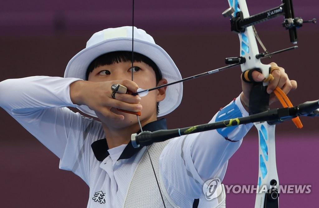 7月30日,在东京梦之岛公园进行的东京奥运会射箭女子个人决赛中,韩国射箭队小将安山以6比5战胜俄罗斯奥运队奥锡波娃·叶连娜,斩获金牌。 韩联社