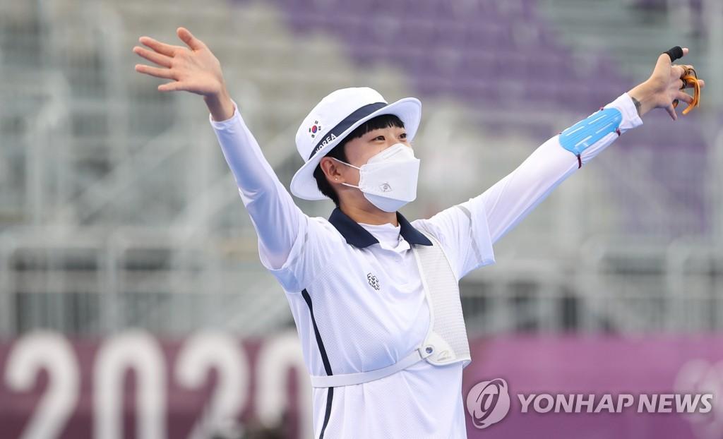 7月30日,在梦之岛公园进行的东京奥运会射箭女子个人决赛中,韩国射箭队小将安山战胜俄罗斯奥运队奥锡波娃·叶连娜,斩获金牌。 韩联社