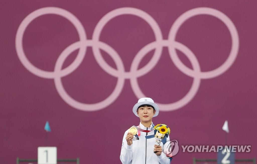 7月30日,在梦之岛公园进行的东京奥运会射箭女子个人决赛中,韩国小将安山战胜俄罗斯奥运队奥锡波娃·叶连娜,斩获金牌。图为安山在颁奖仪式上展示金牌。 韩联社