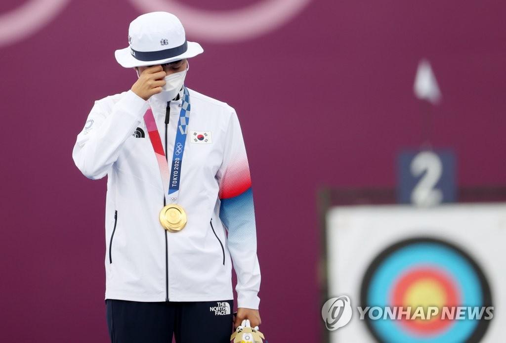 7月30日,安山在颁奖仪式上流下眼泪。 韩联社