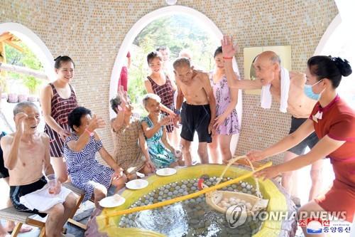 朝鲜老兵泡温泉
