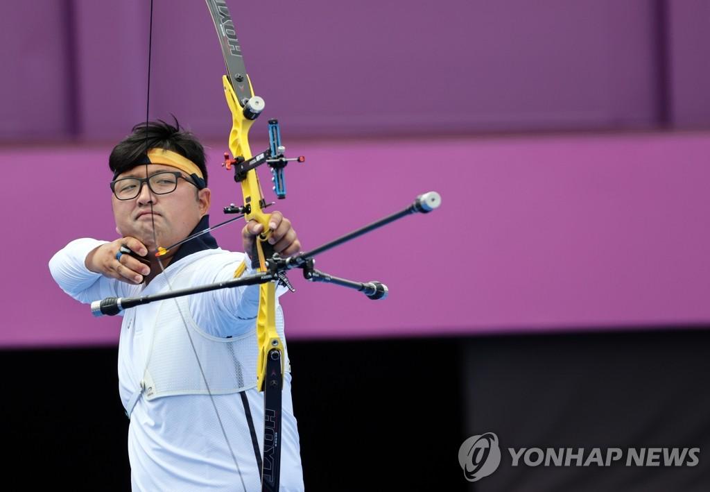 7月31日,在东京梦之岛公园射箭场进行的东京奥运会射箭比赛个人赛中,韩国选手金优镇战胜马来西亚选手莫哈迈德晋级八强。图为金优镇射箭。 韩联社