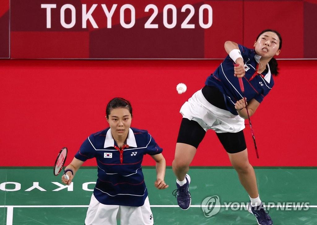 资料图片:7月31日,在日本武藏野之森综合体育广场,东京奥运会羽毛球女子双打半决赛。图为韩国队金昭映(左)/孔熙容参赛。 韩联社