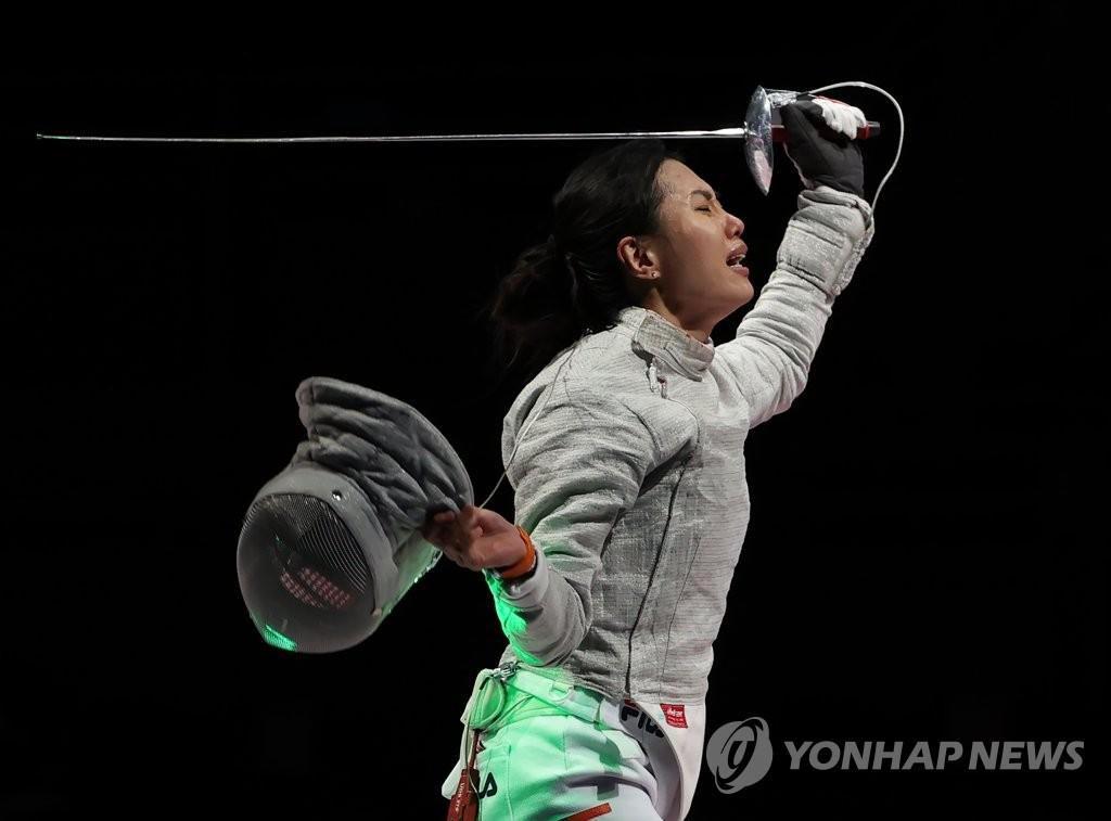 7月31日,在东京奥运会击剑女子佩剑团体铜牌争夺战赛中,韩国队战胜意大利队获得铜牌,书写历史。图为韩国队员们激动地相拥而泣。 韩联社