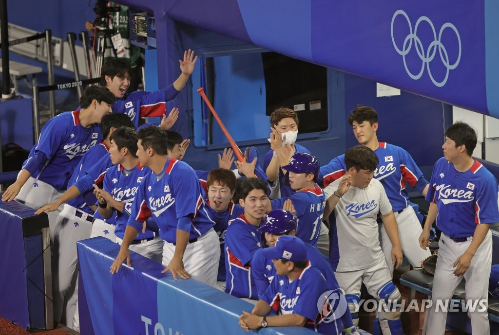 7月31日,东京奥运会棒球分组循环赛B组第二轮韩国队对阵美国的比赛在日本横滨棒球场进行。图为韩国队庆祝得分。 韩联社