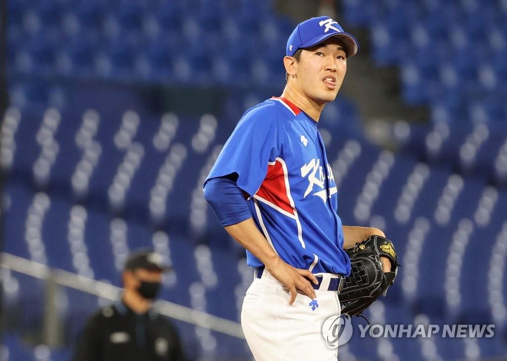 7月31日,东京奥运会棒球分组循环赛B组第二轮韩国队对阵美国的比赛在日本横滨棒球场进行。图为韩国队高永表。 韩联社