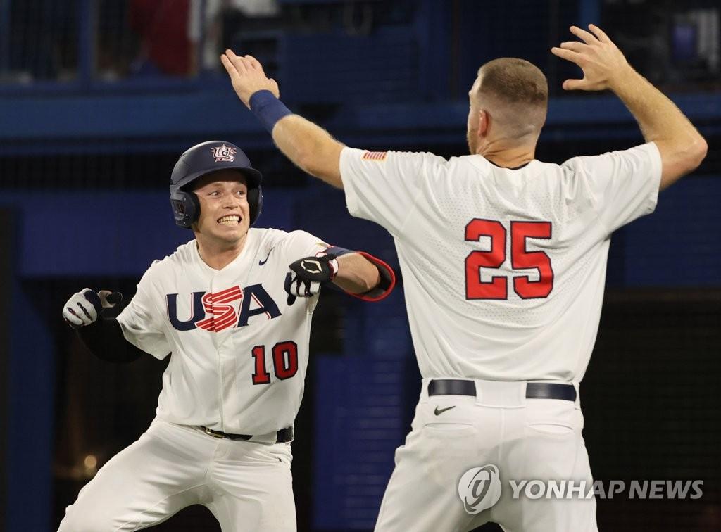 7月31日,东京奥运会棒球分组循环赛B组第二轮韩国队对阵美国的比赛在日本横滨棒球场进行。图为美国队尼克·艾伦(左)庆祝得分。 韩联社